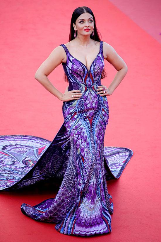 Aishwarya Rai trên thảm đỏ Cannes năm ngoái với bộ đầm tím cách điệu từ cánh bướm.