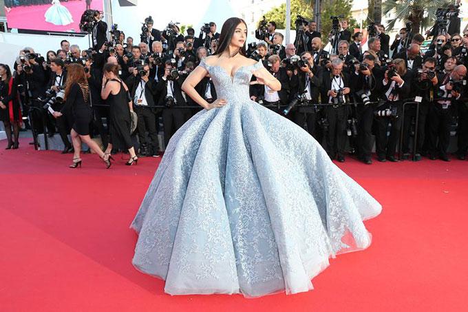 Rai tại Cannes năm 2017 như công chúa Lọ Lem.