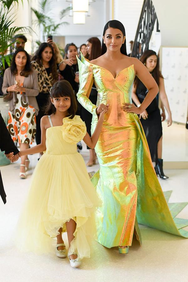 Aishwarya Rai diện váy ánh kim rực rỡ cùng con gái rời khách sạn tới thảm đỏ Cannes ngày 19/5.