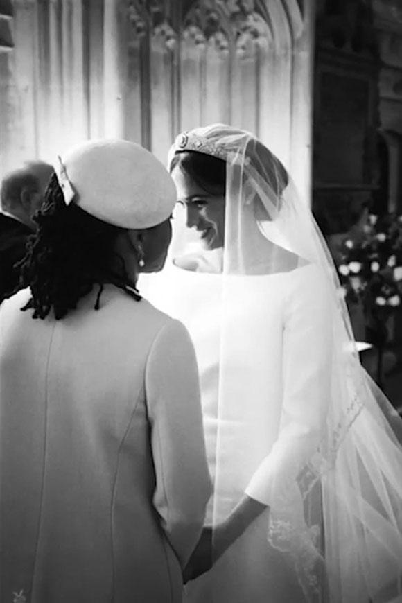Mẹ của Meghan, bà Doria Ragland, xuất hiện trong một bức ảnh chụp hậu trường đám cưới ở nhà nguyện St. George hôm 19/5/2018. Ảnh cắt từ video.
