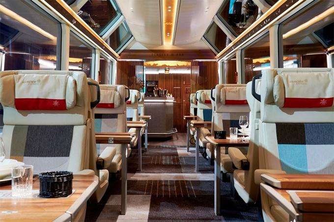Toa tàu này chỉ có chỗ cho tối đa 20 hành khách một lúc. Sẽ có một hướng dẫn viên chuyên dụng để phục vụ các nhu cầu của du khách, trên tàu luôn có sẵn wifi cùng các kênh giải trí khác trên những chiếc iPad được cấp miễn phí cho các du khách.