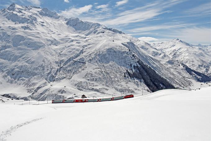 Glacier Express sẽ đưa du khách vào một cuộc hành trình kéo dài 8 tiếng giữa St.Moritz và Zermatt. Đoàn tàu sẽ đi qua những ngọn núi, thung lũng và các hồ nước tuyệt đẹp.