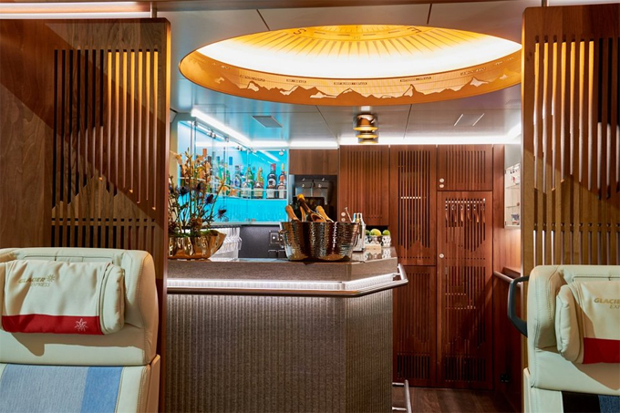 Bên trong khoang này còn có một quầy bar. Thông thường, khi ở khoang hạng sang, mỗi du khách đều được mời một ly champagne, bên cạnh đó quán bar còn có các loại cocktail, rượu whisky Graubunden, rượu anh đào Thụy Sĩ Chur Roteli và rượu vang của Glacier Express từ gia đình Z'Brun ở Salgesch...