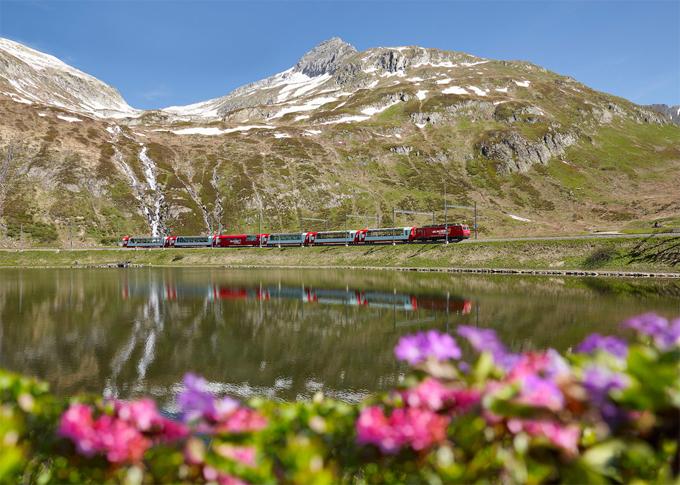 Du khách có thể nhìn thấy núi Matterhorn, đèo Oberalp và cầu cạn Lanwasser từ tàu. Du khách đi trên chuyến tàu này vào mỗi thời điểm khác nhau trong năm sẽ nhận được những trải nghiệm hoàn toàn khác nhau.