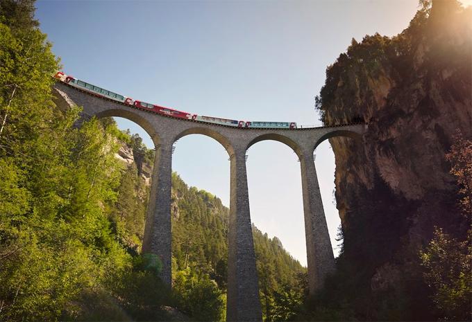 Chuyến tàu này đi qua 291 cây cầu và 9 đường hầm. Tất cả những khung cảnh mà chuyến tàu này đi qua đều rất ngoan mục