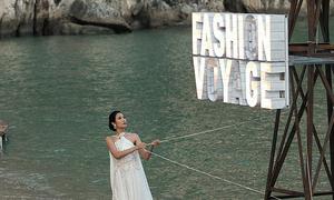 Lâm Gia Khang 'vẽ' chuyến du ngoạn mùa hè bằng trang phục