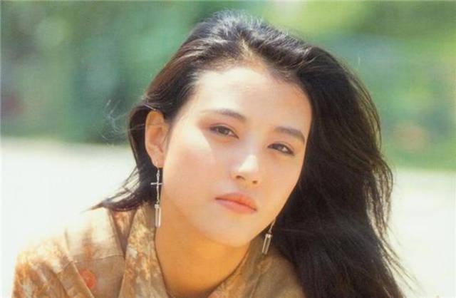 Người đẹp có gương mặt được nhận xét là đậm chất Á Đông với đôi mắt đen láy, chiếc mũi cao và gương mặt trái xoan.