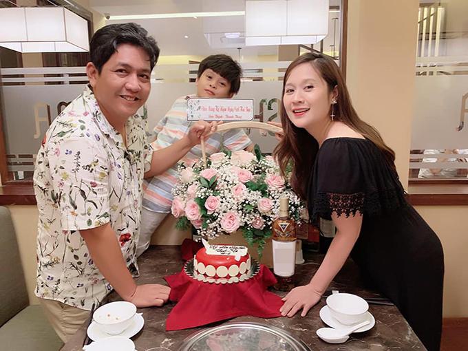Trong khi đó, Thanh Thúy chia sẻ ảnh chụp tiệc kỷ niệm ấm cúng bên chồng con và viết: