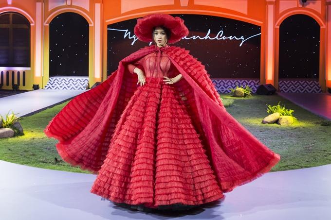 Hoa hậu Tiểu Vy được mời trình diễn tại triển lãm cưới Marry Wedding Day diễn ra ở TP HCM. Người đẹp sinh năm 2000 đảm nhận vai trò vedette trong bộ sưu tập 'Secret Garden' của nhà thiết kế Nguyễn Minh Công.