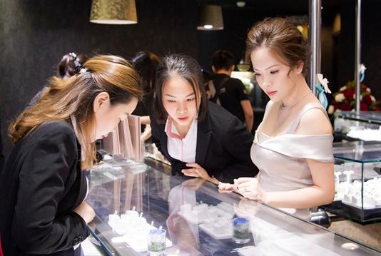 Theo Đan Lê, The best diamond festival là chương trình mà người đẹp không thể bỏ qua, vì đây là dịp có thể sở hữu kim cương viên với mức giá đa dạng, đáp ứng được mọi ngân sách.