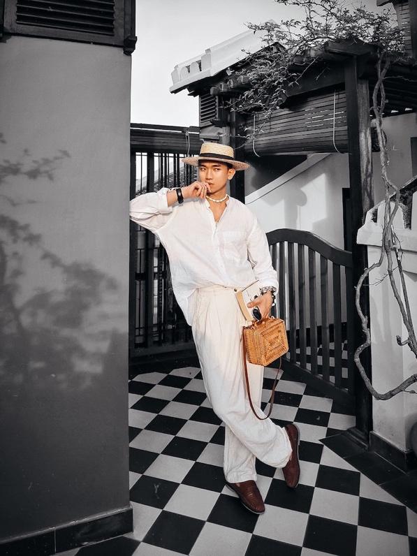 Ở một góc ảnh khác, Monsimi thể hiện dáng vẻ cổ điển khác biệt của Hội An. Anh diện áo sơ mi trắng oversize, kết hợp cùng quần âu, giày tây và nón rộng vành để phù hợp với sàn gạch trắng đen. Dù chụp và xử lý trên smartphone nhưng hình ảnh của Tuấn Phátvẫn sở hữu chất lượng cao.