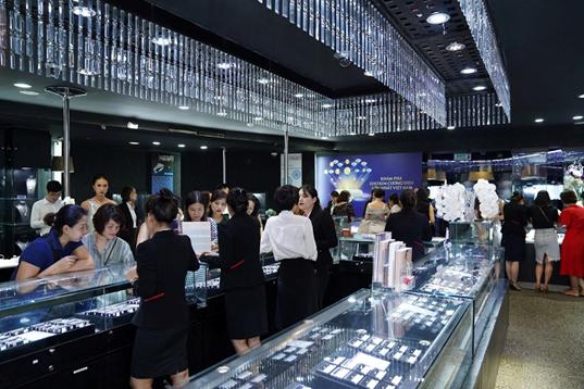 Tại sự kiện, DOJI mang đến trải nghiệm khám phá kho kim cương hàng đầu Việt Nam với hàng nghìn viên có kích thước đa dạng, được kiểm định quốc tế uy tín như GIA, IGI,.. và nhiều sản phẩm trang sức thời thượng.  Thông điệp tại sự kiện The best diamond festival là Mua kim cương theo giá của bạn. Theo đó, chỉ cần khách hàng đưa ra mức giá, DOJI có thể đáp ứng nhiều lựa chọn phù hợp ngân sách và nhu cầu, giúp khách hàng nhanh chóng sở hữu viên kim cương ưng ý. Theo đại diện ban  tổ chức, đây là mức giá ít nơi có được.