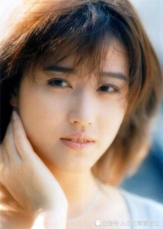 Cô bước chân vào làng giải trí vớivai phụ Dương cửu muội trong bộ phim Dương Gia Tướng. Từ năm 1986, cô bắt đầu nhận được nhiều dự án phim ảnh với tư cách là diễn viên chính.