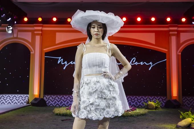 Á hậu Thúy An cũng tham gia giới thiệu bộ sưu tập. Người đẹp diện thiết kế croptop hai dây đi kèm chân váy đính hoa 3D.