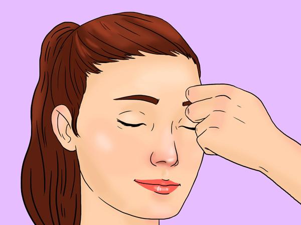 Dùng đốt giữa hai ngón tay trỏ và giữa miết nhẹ từ đầu xương lông mày về phía đuôi 10 lần mỗi bên.
