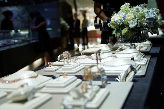 Là một trong số ít thương hiệu trang sức thường xuyên tổ chức sự kiện dành cho khách hàng, DOJI tạo  trải nghiệm cảm xúc với không gian đẹp với hoa tươi, ánh sáng của pha lê và kim cương hòa cùng tiếng nhạc, giúp khách hàng thoải mái thưởng thức rượu vang trong bữa tiệc ngọt.