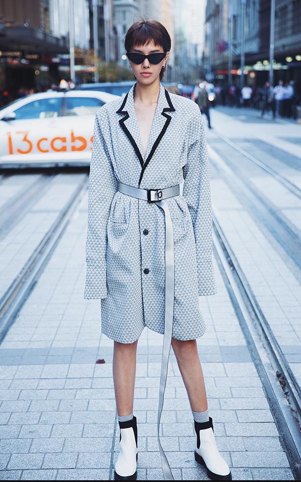 Những xu hướng thời trang thịnh hành như blazer dress, hoạ tiết da beo, trang phục ánh kim... được mẫu Việt thể hiện một cách sống động trong từng set đồ.