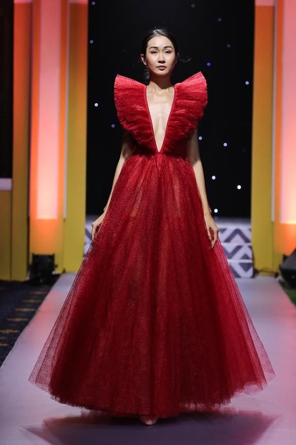 Một mẫu váy khác giúp cô dâu khoe nét gợi cảm nhờ phần cổ cách điệu, xẻ sâu.