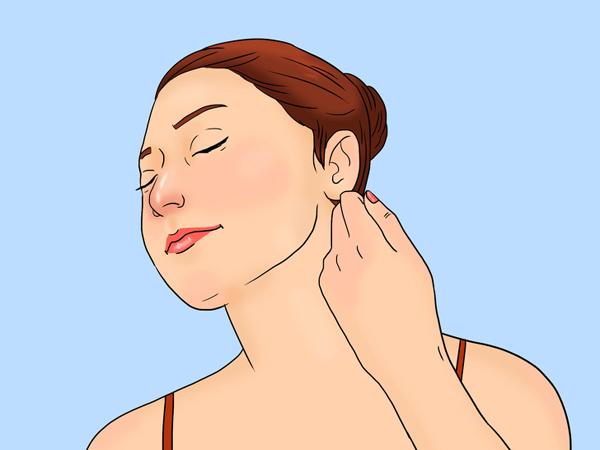 Dùng má trong của lòng bàn tay miết nhẹ phần cổ từ trong ra ngoài 10 lần mỗi bên.