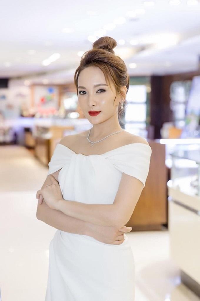 Vừa qua, tại Hà Nội, DOJI đã tổ chức sự kiện lớn nhằm giới thiệu Lễ hội Kim cương The best diamond festival diễn ra từ 16/5 đến 2/6. Thương hiệu dẫn đầu về kim cương tại Việt Nam mang tới nhiều bất ngờ cho khách tham dự. Diễn viên Bảo Thanh khoe sắc với trang sức kim cương xuất hiện tại sự kiện.