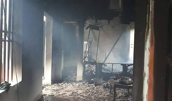 Nhiều tài sản trong căn nhà bị lửa thiêu cháy sau khi bị sét đánh trúng. Ảnh: Lam Sơn.