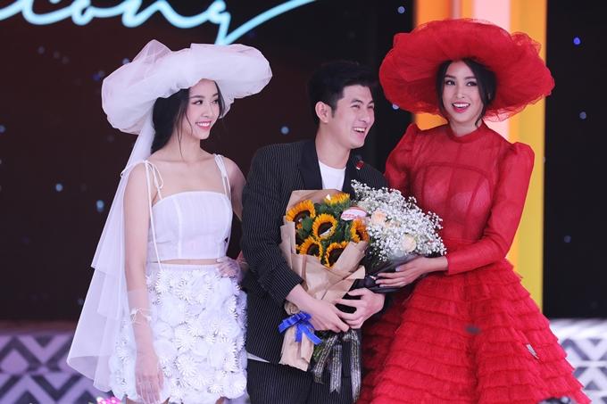 Tiểu Vy, Thúy An và nhà thiết kế Nguyễn Minh Công chào khán giả khi kết thúc màn trình diễn.