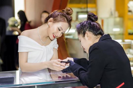 Cô cho biết DOJI là thương hiệu kim cương yêu thích bởi hội tụ kho kim cương viên khổng lồ, luôn có mức giá tốt hơn so với nhiều đơn vị khác trên thị trường.