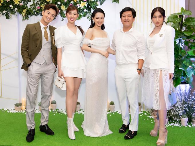 Đông đảo nghệ sĩ cùng diện trang phục màu trắng đến mừng Nhã Phương như: Ngô Kiến Huy, Thúy Ngân (từ trái sang), Khả Như (phải)...
