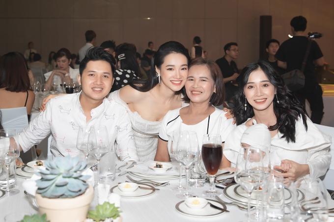 Mẹ và hai em mừng cho Nhã Phương có bước rẽ mới sau 10 năm hoạt động nghệ thuật.