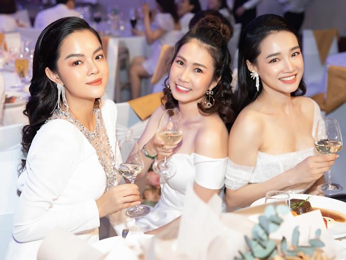 Từ trái qua Phạm Quỳnh Anh, MC Thanh Thảo, Nhã Phương.