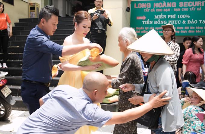 Cuối tuần qua, Hoa hậu Phu nhân Thế giới người Việt 2014 - Bùi Thị Hà tổ chức tặng quà cho người nghèo tại quận Bình Thạnh. Hoạt động này diễn ra đúng dịp sinh nhật bà chủ Tập đoàn bảo vệ Long Hoàng. Với nhiều người dân nơi đây, ngày sinh nhật của Hoa hậu Bùi Thị Hà và ngày lễ Phật đản là dịp lấy phiếu, phát quà quen thuộc cho người nghèo, người khuyết tật.
