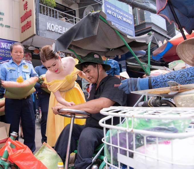 Hoa Hậu Bùi Thị luôn là người tự đi chọn gạo, chọn dầu ăn,nước mắm và các nhu yếu phẩm khác vì chị muốn từng món quà của mình đến với người nghèo đều có chất lượng đảm bảo.