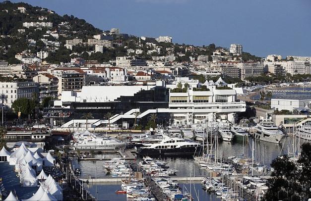 Hàng chục du thuyền neo đậu ở Cannes mỗi mùa liên hoan phim, là nơi tổ chức tiệc tùng của các đại gia đến từ khắp thế giới.