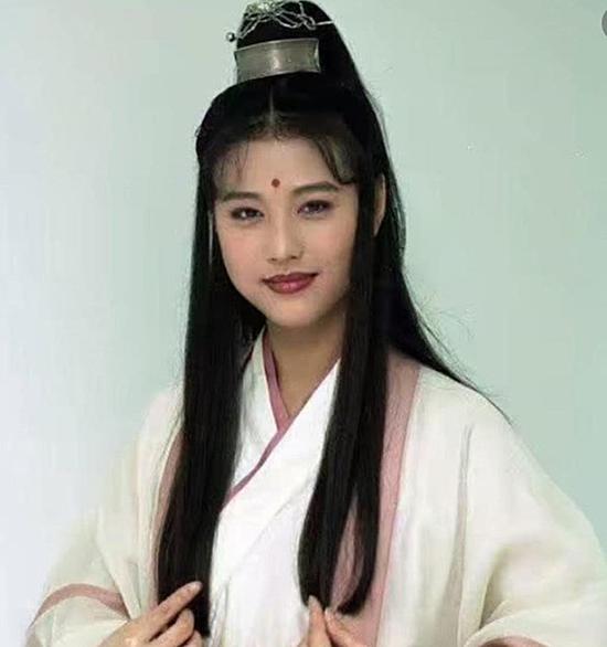 Mỹ nhân còn được mệnh danh là nàng Chu Chỉ Nhược đẹp nhất màn ảnh sau khi tham gia tác phẩm truyền hình Ỷ thiên đồ long ký năm 1994.