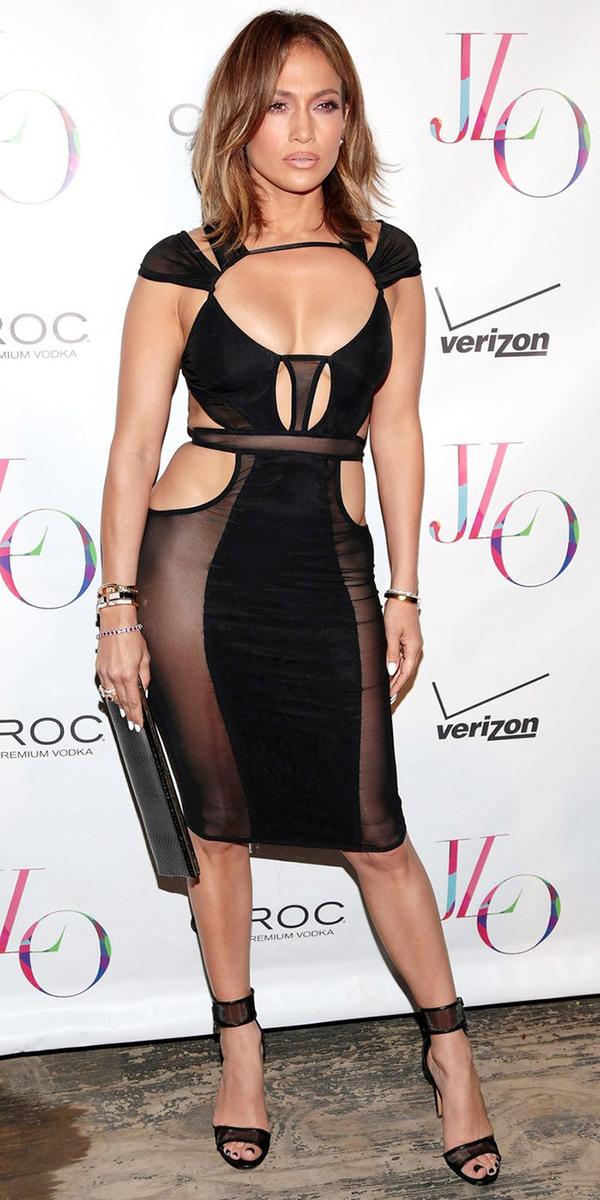 Trong tiệc sinh nhật 46 tuổi tại một hộp đêm ở New York, Jennifer Lopez thu hút mọi ánh nhìn khi diện đầm đen xuyên thấu với nhiều chi tiết cut-out của nhà thiết kế gốc Việt Bao TranChi