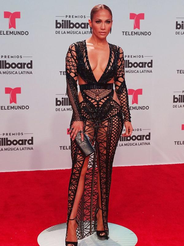 Xuất hiện ấn tượng trên thảm đỏ Billboard Latin. Jennifer Lopez mặc thiết kế xuyên thấu ôm sát của Julien Macdonald, nữ ca sĩ phô diễn gần như 90% cơ thể.