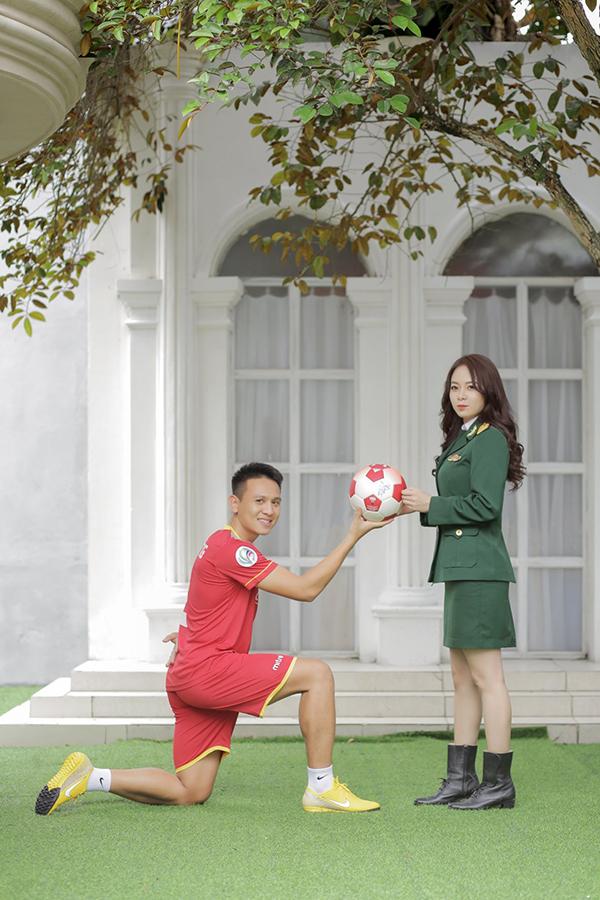 Ảnh cưới trong trang phục cầu thủ và quân nhân của vợ chồng Đình Hoàng. Ảnh: FB.
