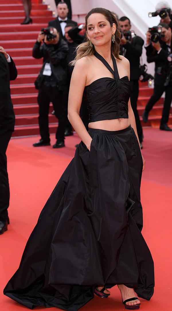 Người đẹp Pháp kéo váy trễ nải, để lộ eo thon.