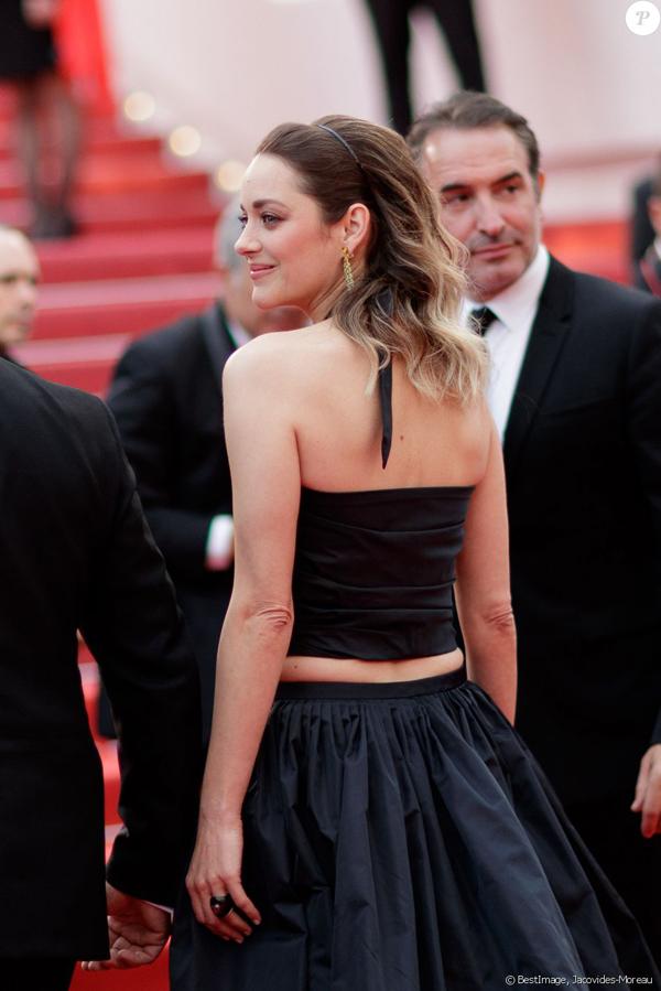 Nữ diễn viên đoạt giải Oscar đến ủng hộ bạn trai - tài tử Guillaume Canet - ra mắt phim mới của anh mang tên La Belle Epoque. Marion và Guillaume gắn bó từ năm 2007, có hai người con 8 tuổi và 2 tuổi. Khi mang bầu con thứ hai, Marion từng bị đồn hẹn hò Brad Pitt khiến hôn nhân của Brad-Angelina đổ vỡ, tuy nhiên nữ diễn viên đã tuyệt đối phủ nhận.