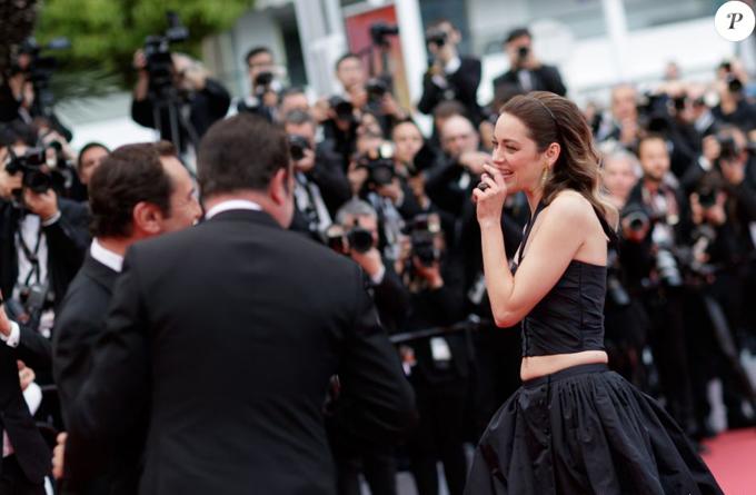 Ngôi sao phim Allied gặp gỡ hai đồng nghiệp Jean Dujardin và Gilles Lellouche trên thảm đỏ. Bộ ba từng đóng phim cùng nhau năm 2013.