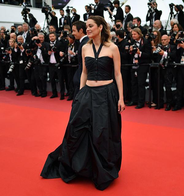 Marion Cotillard lên thảm đỏ Cannes chiều thứ hai với bộ đồ đen gợi cảm: chân váy dài kết hợp với crop top.
