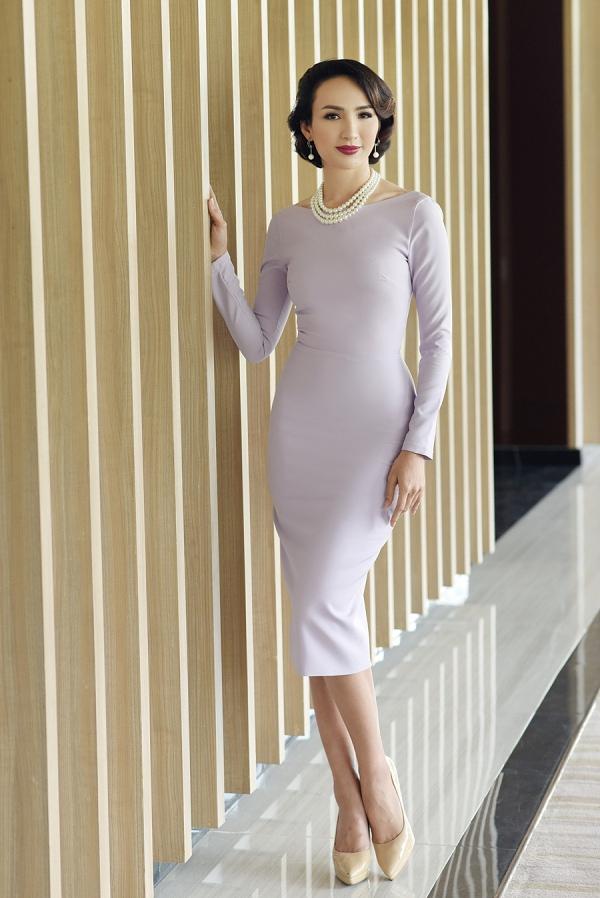 Váy ôm đơn sắc với gam màu nhẹ nhàng là lựa chọn sáng suốt của Ngọc Diễm, giúp cô tạo nên phong cách chuyên nghiệp mà vẫn khai thác được lợi thế hình thể.