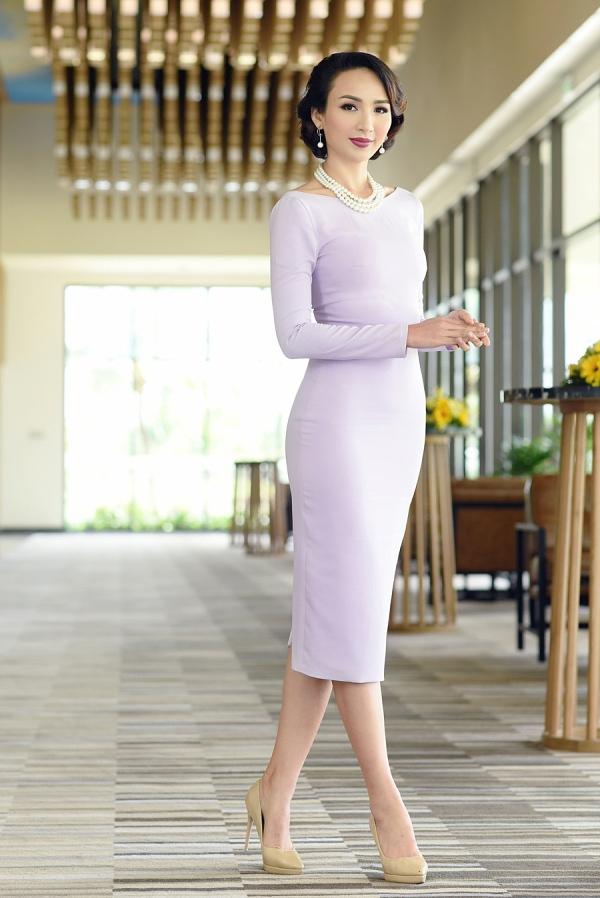 Kiểu tóc uốn retro và vòng cổ ngọc trai đem tới vẻ sang trọng, chững chạc cho Hoa hậu Du lịch 2008.