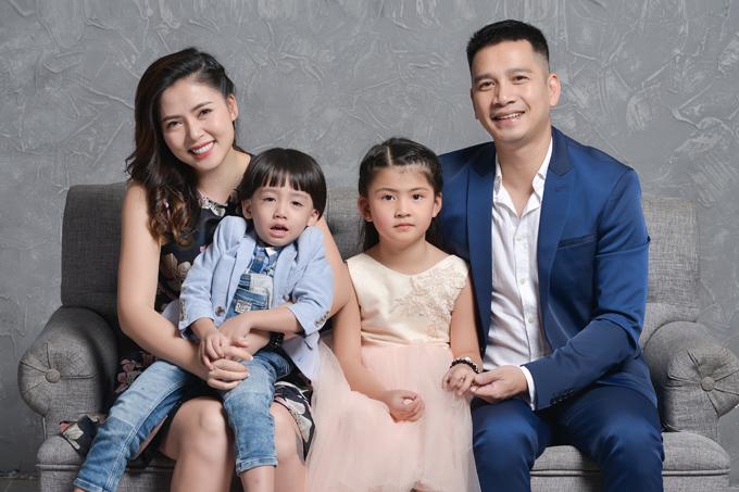 Sau 8 năm rút khỏi showbiz, ca sĩ/diễn viên Ngọc Hiền mới đây khoe tổ ấm hạnh phúc bên ông xã Việt kiều và hai con, trong đó con trai của cô mắc chứng tự kỷ.