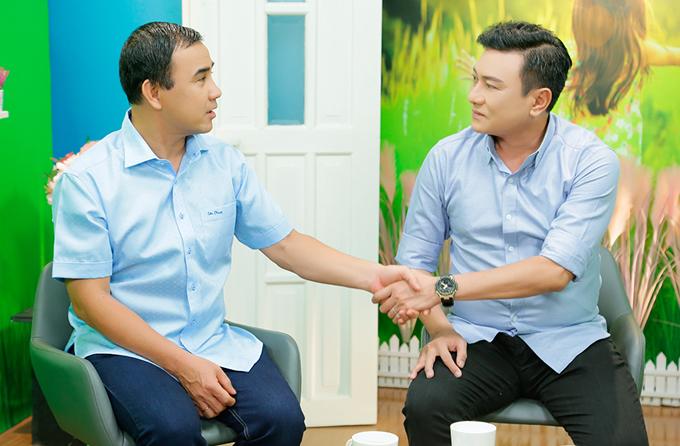 Quyền Linh hội ngộ diễn viên Hoàng Phúc trong chương trình Mở cửa tương lai. Bạn bè, đồng nghiệp đều mong Quyền Linh tiếp tục gắn bó với nghề MC.