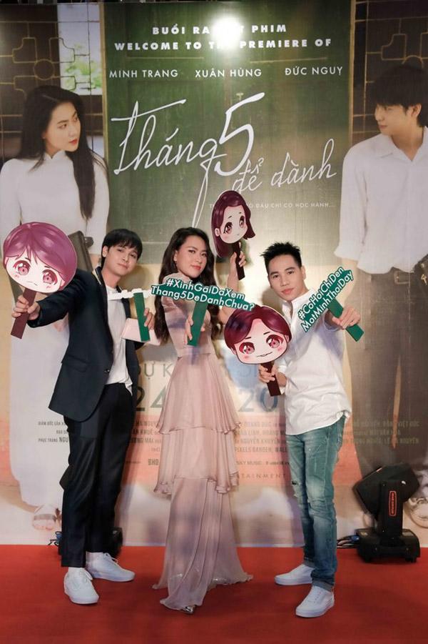 Minh Trang tạo dáng bên hai bạn diễn nam.