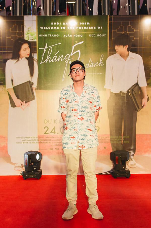 Tháng 5 để dành là phim dài đầu tay của đạo diễn Lê Hà Nguyên. Anh từng dàn dựng nhiều MV nhạc Việt, đồng thời là tác giả của ca khúc Chuyện mưa đình đám của Trung Quân. Phim Tháng 5 để dành dựa trên tiểu thuyết từng phát hành online Ranh giới, kể về mối tình đầu thời trung học ở một vùng quê miền Bắc những năm 2000. Phim khởi chiếu từ 24/5.