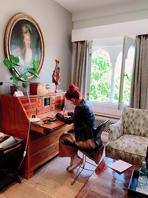 Ông xã của Thanh Thảo đặt căn phòng trong khách sạn mà nữ hoàng Đan Mạnh hay tiếp khách.