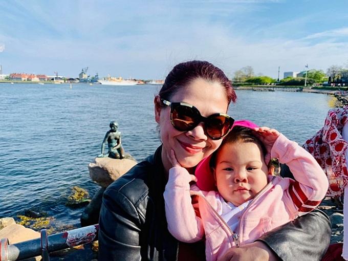 Thanh Thảo và con chụp ảnh lưu niệm ở tượng nàng tiên cá.