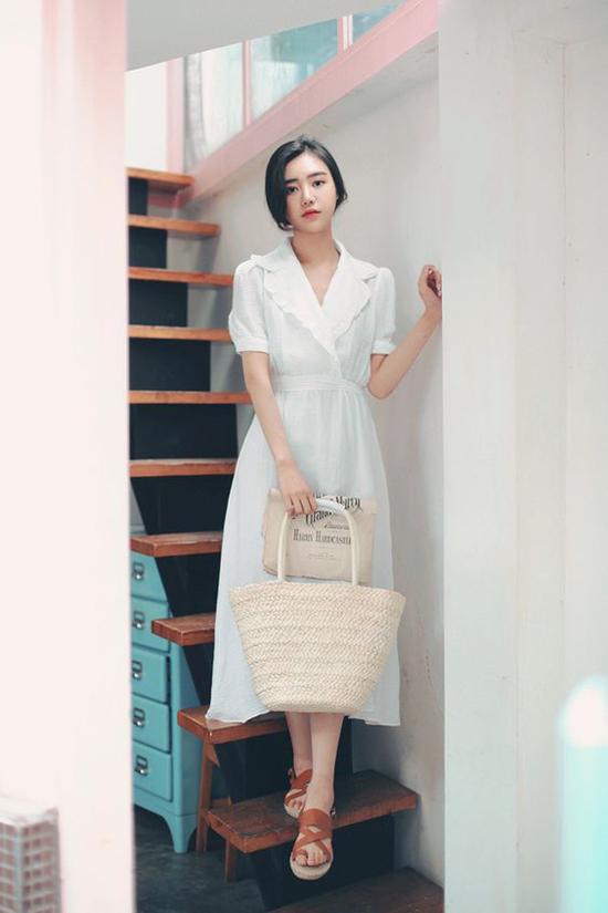 Lấy cảm hứng từ phong cách cổ điển, các nhà mốt đã mang tới mẫu váy thắt eo tiện dụng cho phái đẹp. Đây là trang phục được ưa chuộng từ mùa thu 2018 và vẫn tiếp tục lên ngôi ở hè 2019.